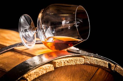 A sweet and nutty aroma with a distinctly alcoholic overtone. Brandy is a strong scent and holds hints of woody flavours.