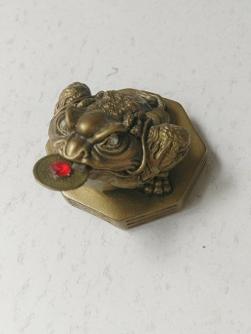 Feng Shui Moon & Money Frog Is linked to the moon due to the transformation stages of the moon. It is associated with longevity & wealth.  Approx 9cm x 5cm