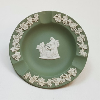 Up for sale we have a classic Wedgwood Jasperware Ashtray in green. It has a small chip in the cigarette holder and some marks on the side and on the bottom as shown in the photos. Please check the photos for further details of the condition.