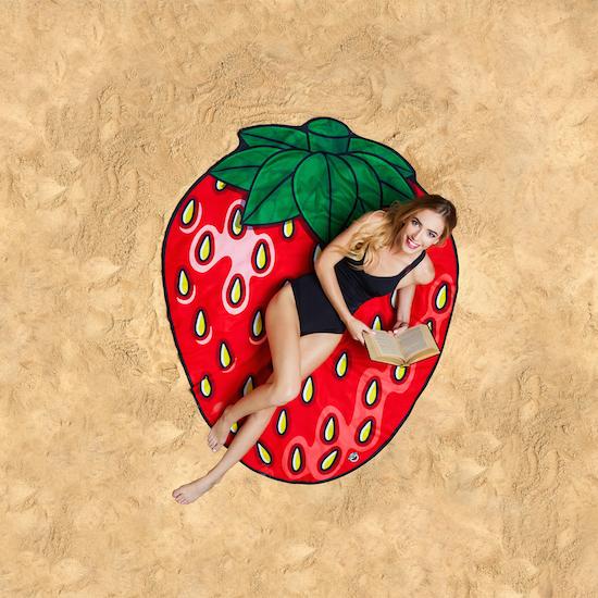 bmbt-sb-strawberrybeachblankettowel-lifestyle1-550.jpg