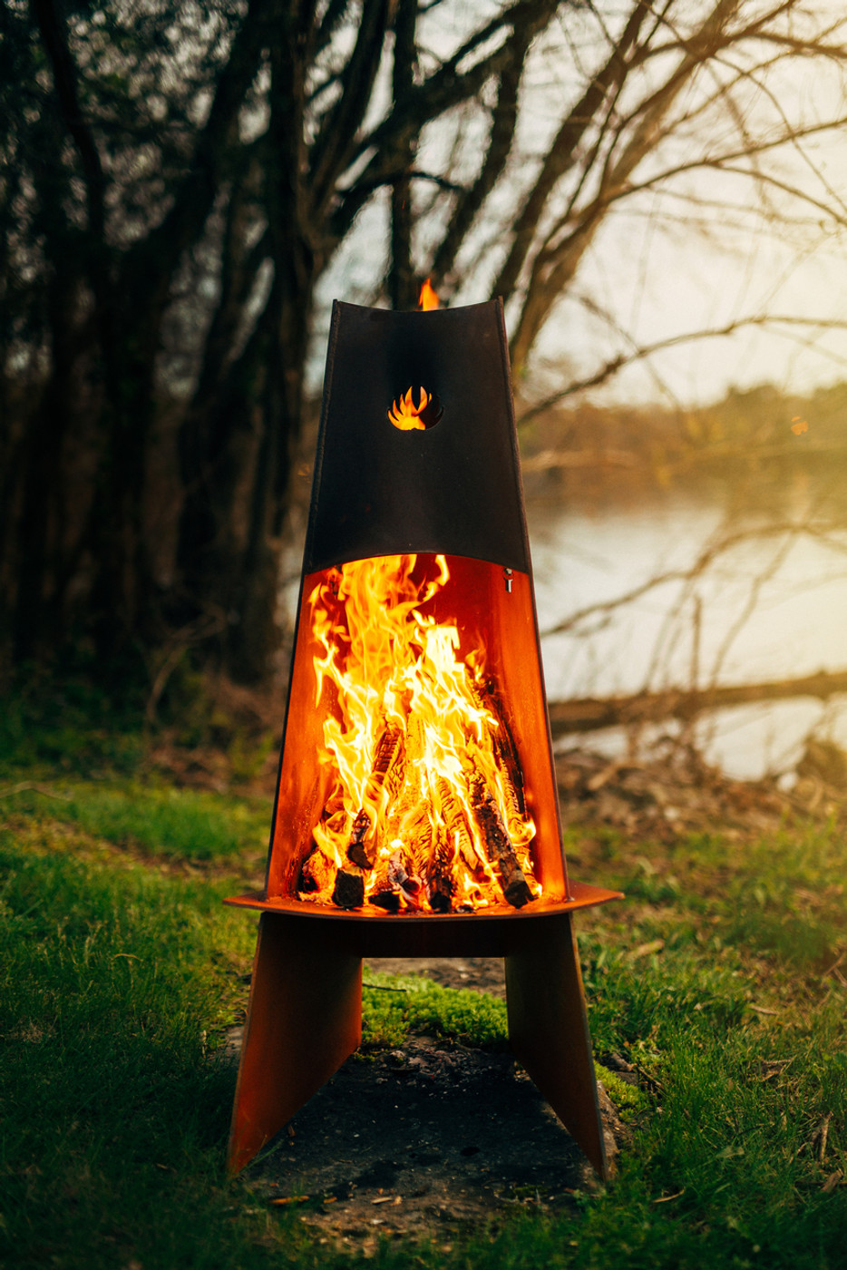 Vesuvius channels smoke and fire up the flue to the sky above.  Our trilateral design protects the fire from wind and lessens the spread of sparks and embers.