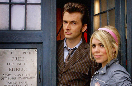 Doctor Who: 17 x 11 Inch Print - 10th Doctor (David Tennant) and Rose (Billie Piper) with the TARDIS - from the Episode IDIOTS LANTERN