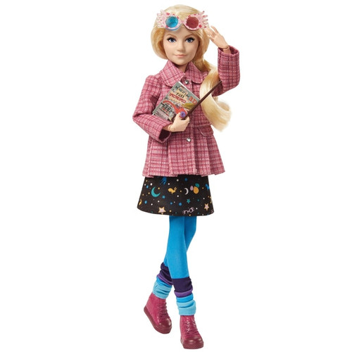 This collectible Luna Lovegood doll looks just like her onscreen character in a pink tweed coat, out-of-this-world skirt, tights and sneakers. Includes a pair of Spectrespecs, the Quibbler and a personalized wand matching the one Luna uses in the film series! Flexibility at the neck, shoulders, hips, knees, elbows and wrists readies Luna doll for action-play and spellbinding poses. Fans and collectors can relive their favourite movie moments with Harry Potter dolls! Fans can collect to build out the wizarding world and create their own magical stories!