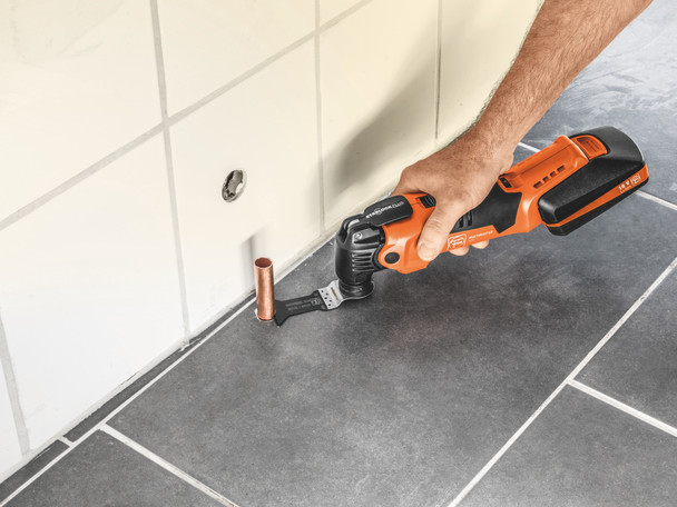 Fein Cordless MultiMaster AMM 500 Plus Top cutting copper pipe in the floor