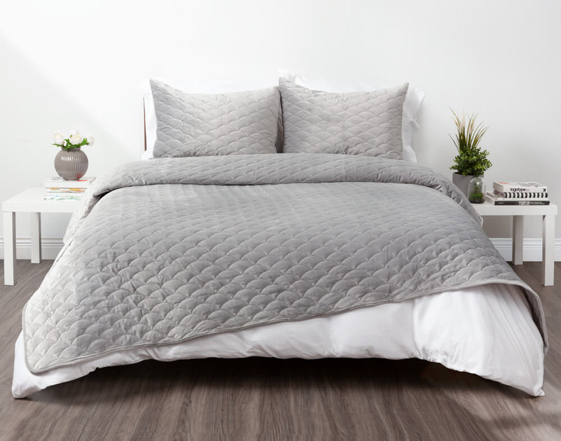 Calme Weighted Quilt Set on bed.