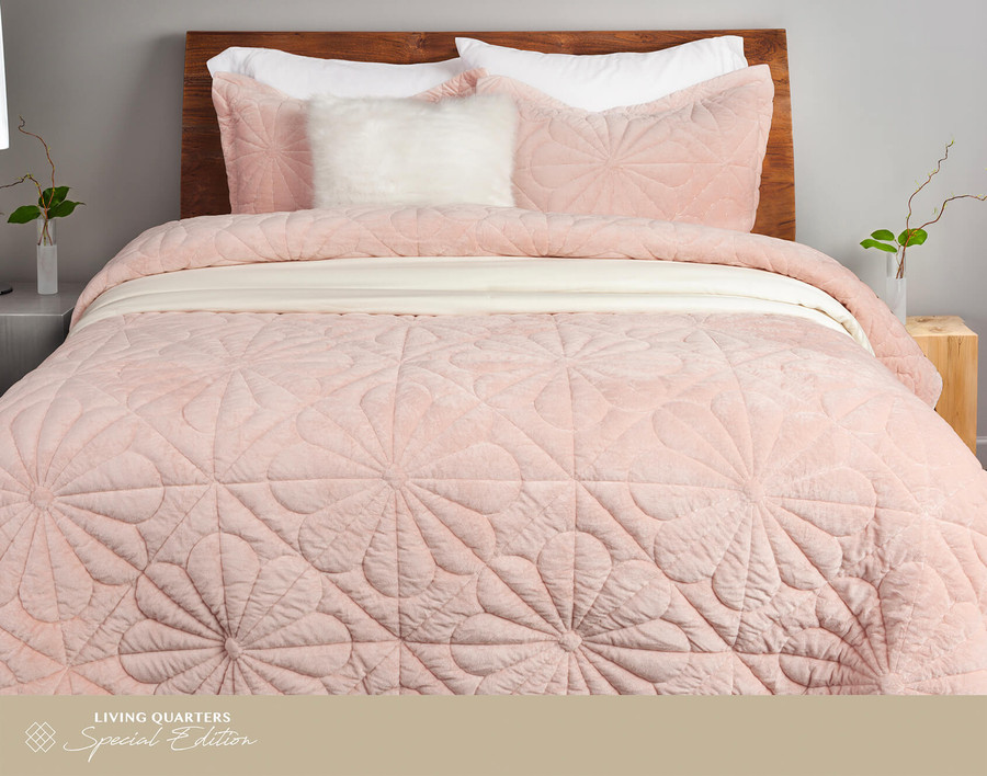 Daisy Cotton Quilt Set, front view, in a pink velvet finish