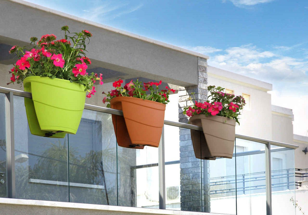 secure railing planter for balconies