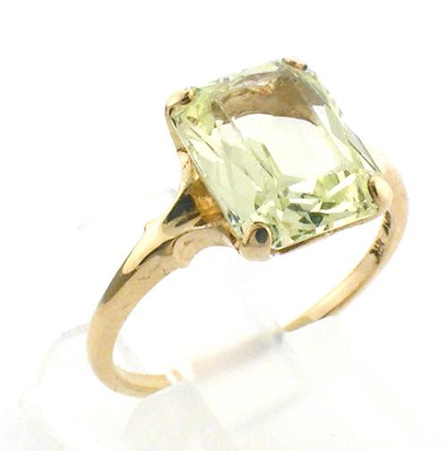 10 karat yellow gold green galss ring weighing 2.4 grams. Finger size 6.25