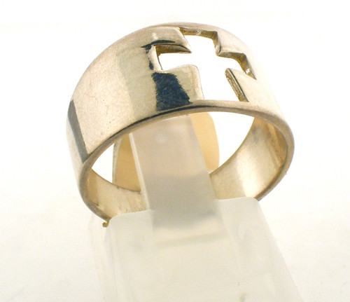 Sterling silver cross ring. The total weight of the ring is 3.8 grams and the ring is made for a finger size of 7.