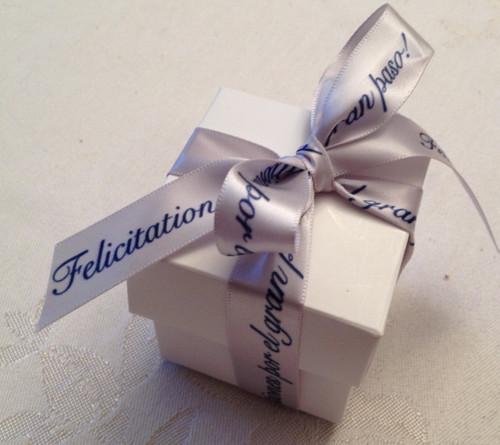 This beautiful expression of good wishes in Spanish looks so pretty tied on our favor box!