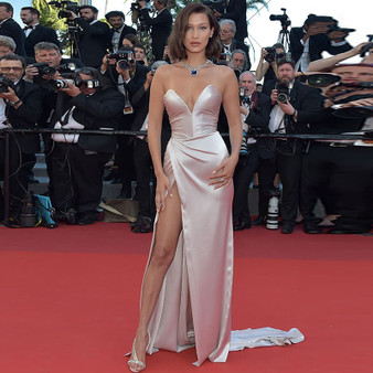 QueenLine Sexy Mermaid Split Side Satin Celebrity Dress Ruched V-Neck Red Carpet Dresses Simple Cheap Long Evening Gowns 2020