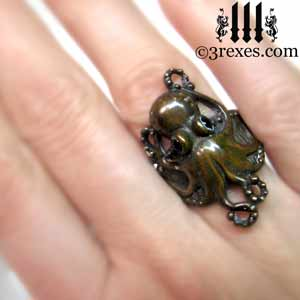 octopus-dream-ring-dark-brass-black-onyx-stone-eyes-gothic-studded-band-model-detail