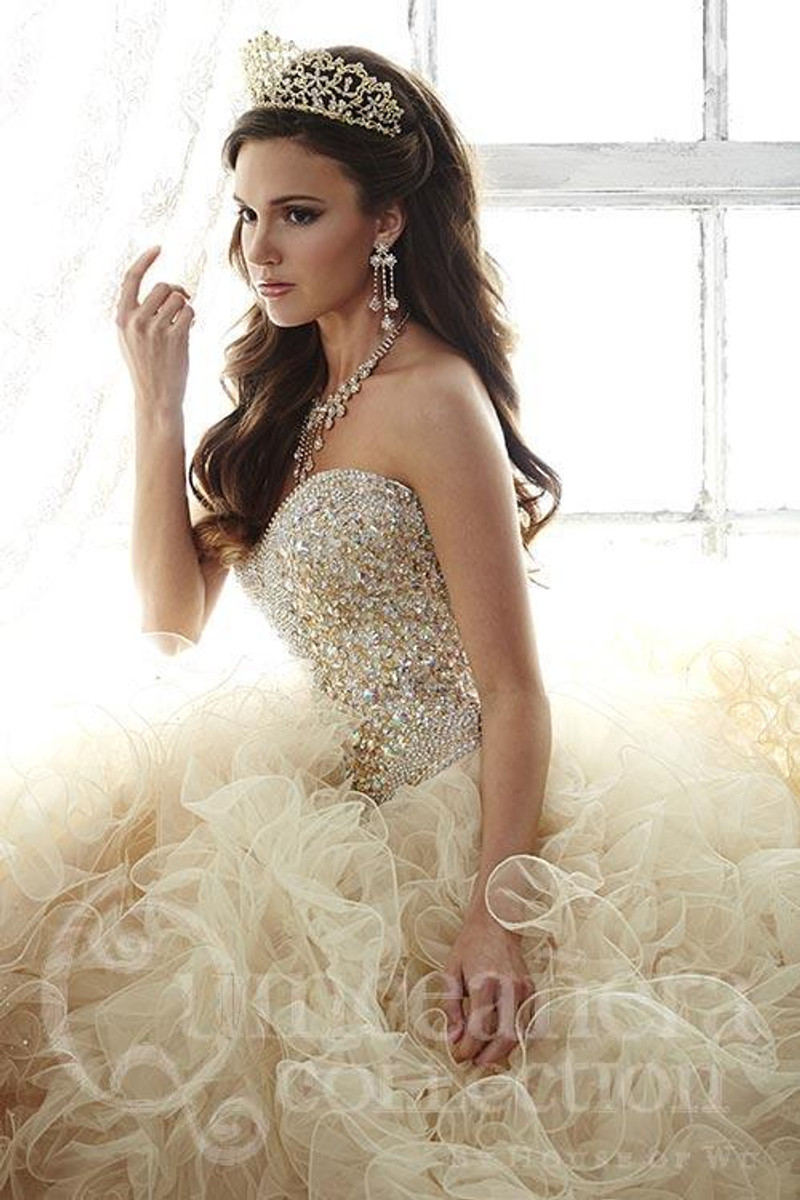 Sweetheart neckline, gold quinceanera dress.