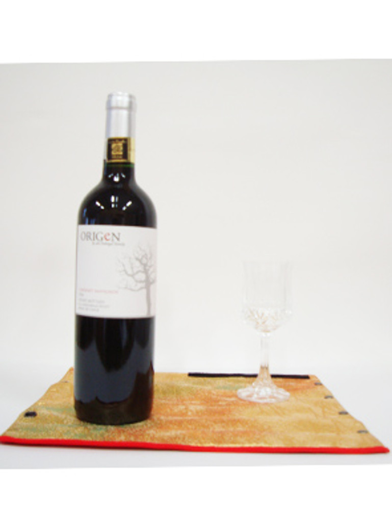 This product can be used as an elegant bottle cover by wrapping a bottle of Japanese sake (720 ml) or wine (450 ml) with a cloth of Hakata -ori texture.