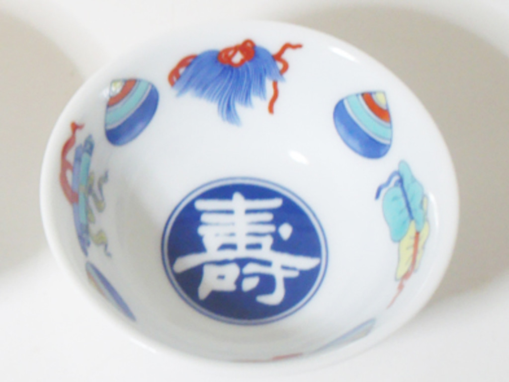 This is an Arita ware, sake cup with a color painting of abundant treasure of long life. The design is delicately drawn by skilled workers.