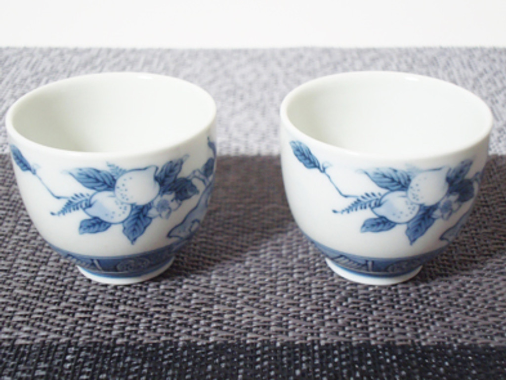 These are Arita wares, sake bottle and cups. 1 Sake bottle and 2 sake cups with traditional peach designing are included in the set. The traditional peach trees and peaches are delicately delineated in the sake bottle and cups.