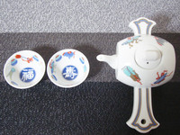 These are the set of a bottle and 2 sake cups. 1 miracle Mallet Sake bottle and 2 sake cups with the design of good fortune and long life.