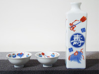 These are the Arita ware's set, a bottle, and 2 sake cups.  1 square sake bottle with a design of good fortune + 2 sake cups (Good fortune, Long life).