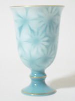 This is an Arita ware, wine glass. The color is green. Detailed and vivid petals are delicately drawn in this wine glass.