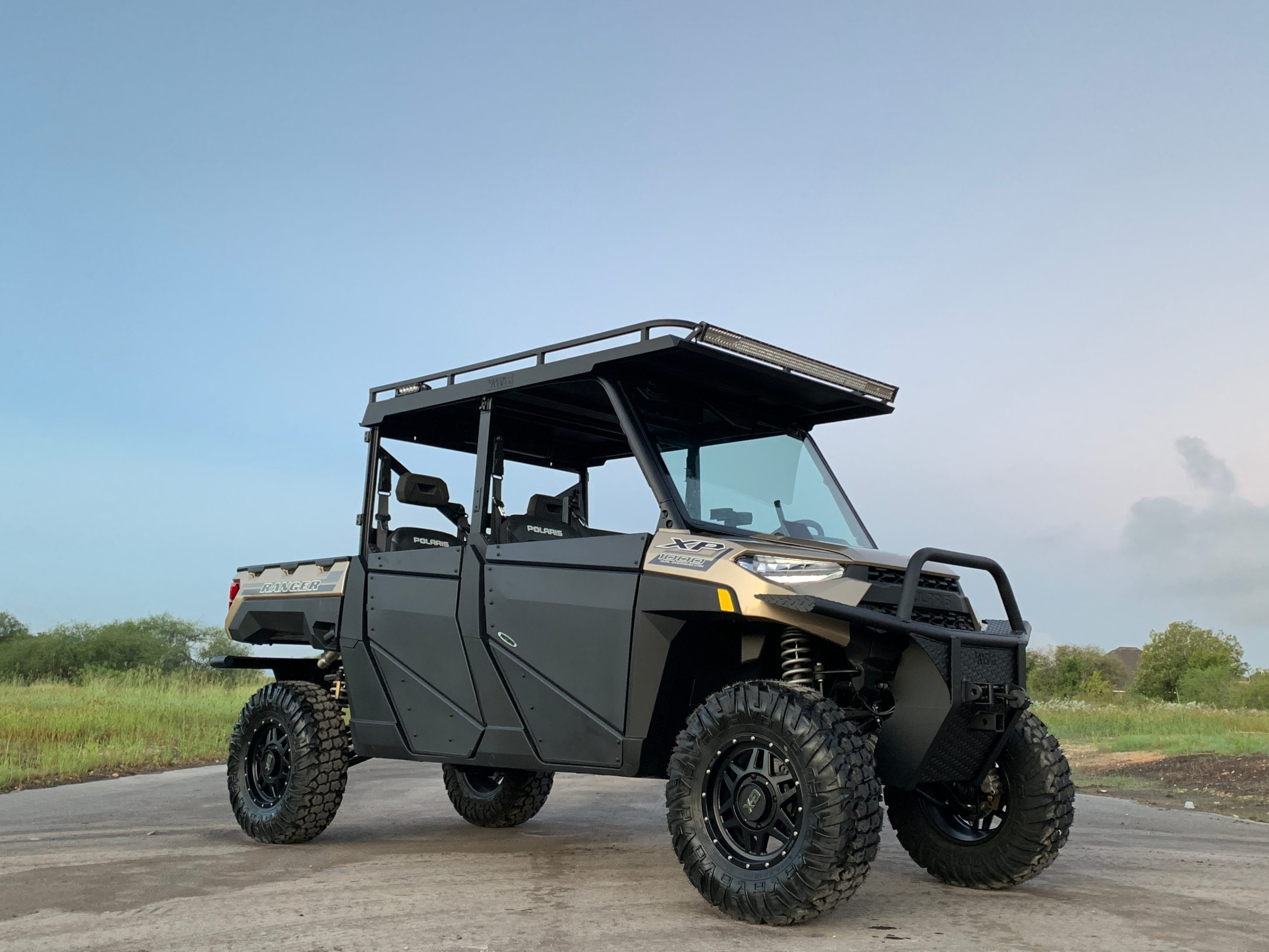 polaris-ranger-1000-crew-metal-roof-with-upper-rack-on-2020-by-ranch-armor.jpg