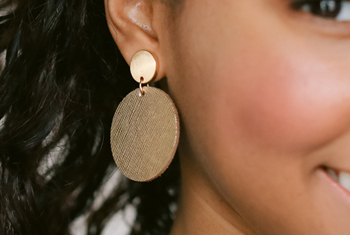 woman wearing black and gold earring