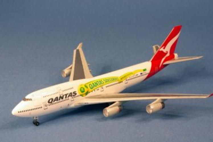 """Dragon Wings Qantas Boeing 747-400 """"socceroos"""" VH-OJS 1/400"""