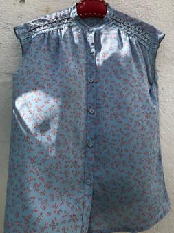 Camisa de Cavas Azul com Flores Rosa