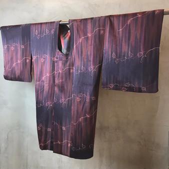 Kimono Japonês em Tons Roxos com Print de Folhas
