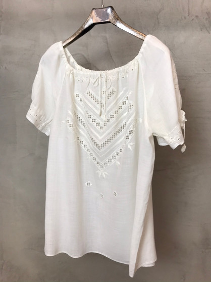 Blusa Branca com Bordados em Branco