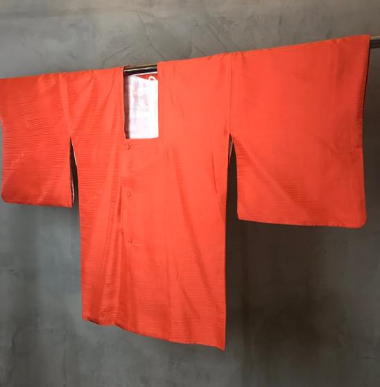 Kimono Japonês Cor de Laranja com Padrão Horizontal
