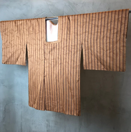 Kimono Japonês em Tons Dourados com Print Vertical