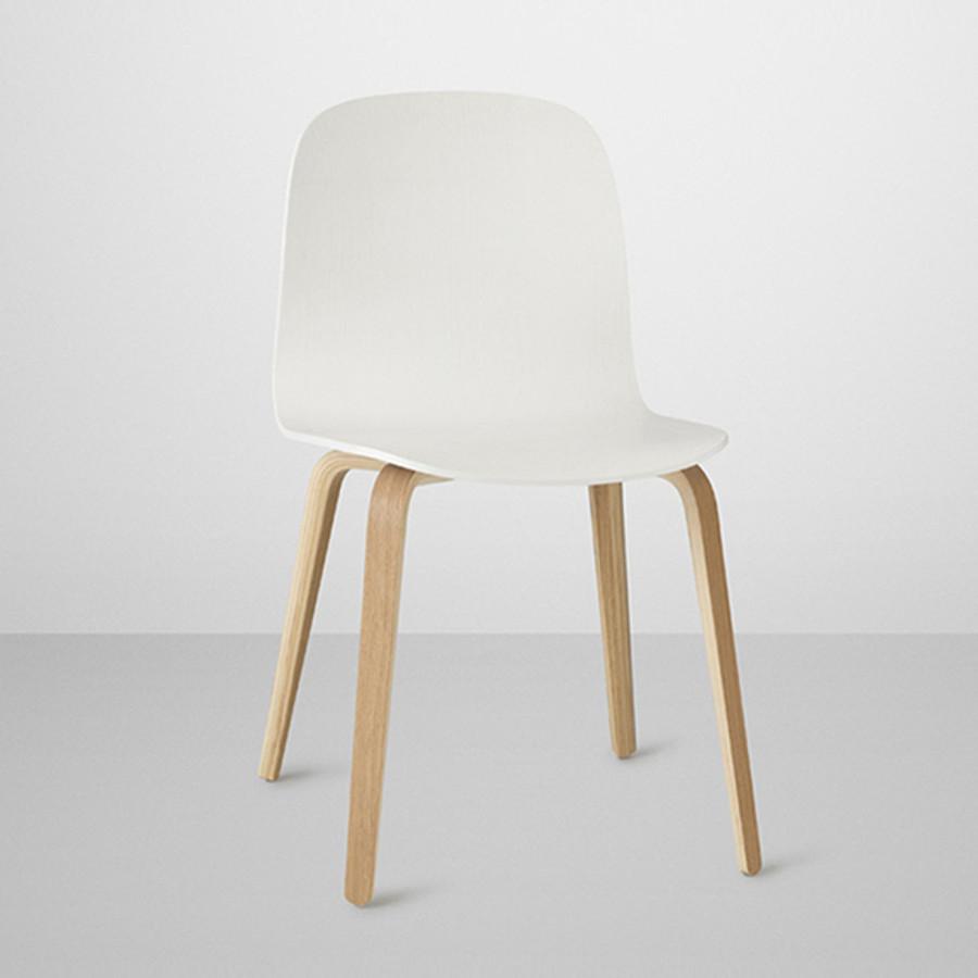 Visu chair in white with oak legs