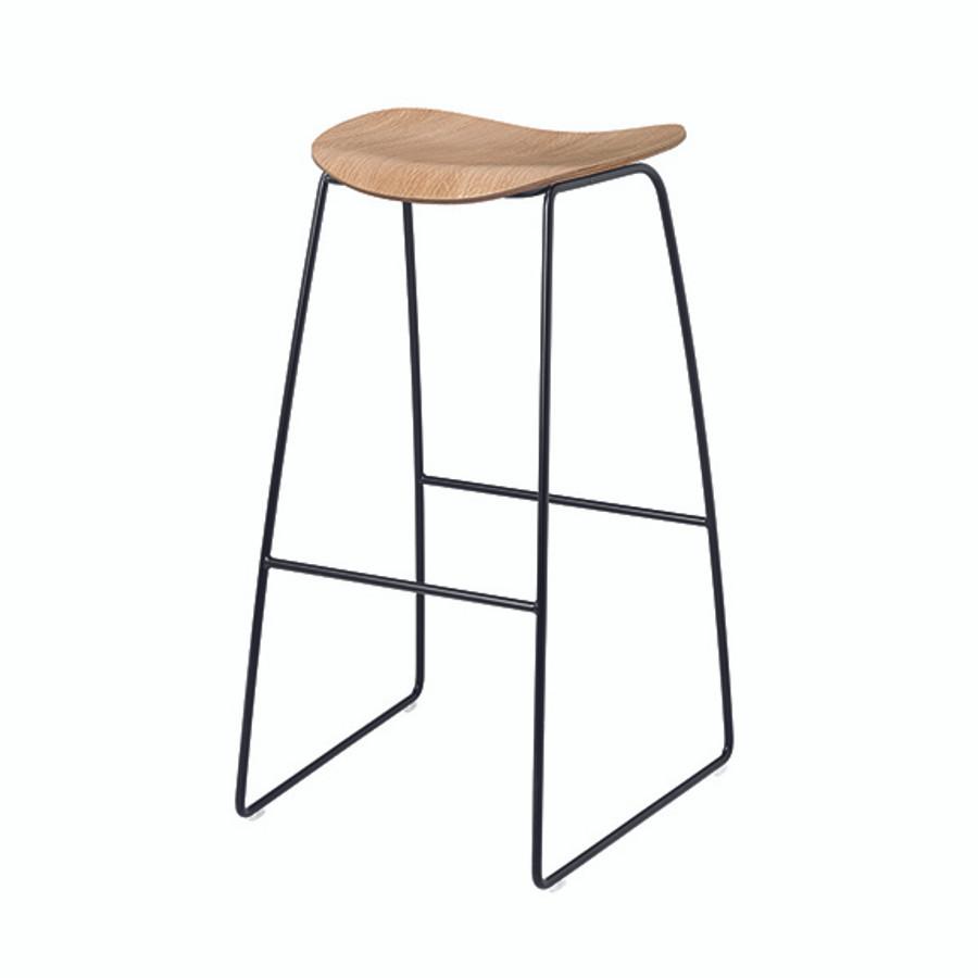 Gubi 2D 3 Stool in oak seat / black base