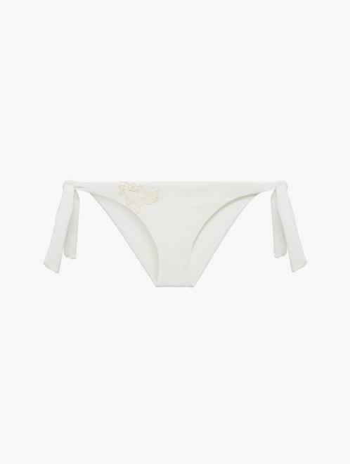 Bikinislip in Offweiß mit Bändchen und Stickereien in Elfenbeinweiß