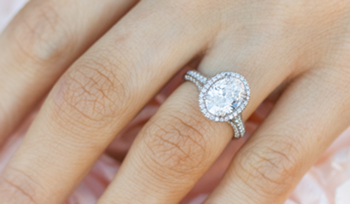 Why Oval Engagement Rings Can Flatter Any Hand
