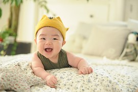 Pennsylvania_cute_baby_smiling_indoors_bed