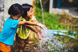 Delaware_children_playing_water_outside_happy