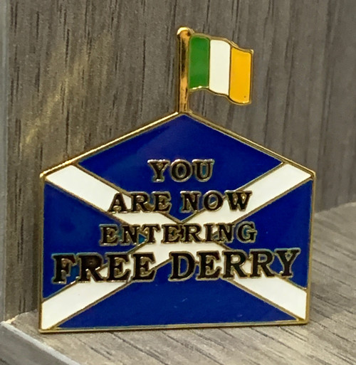 FREE DERRY SUPPORTS SCOTTISH INDEPENDENCE enamel badge 30 mm x 27.4 mm