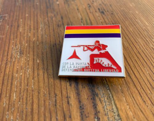 CON LA PUNTA DE LA BAYONETA enamel badge