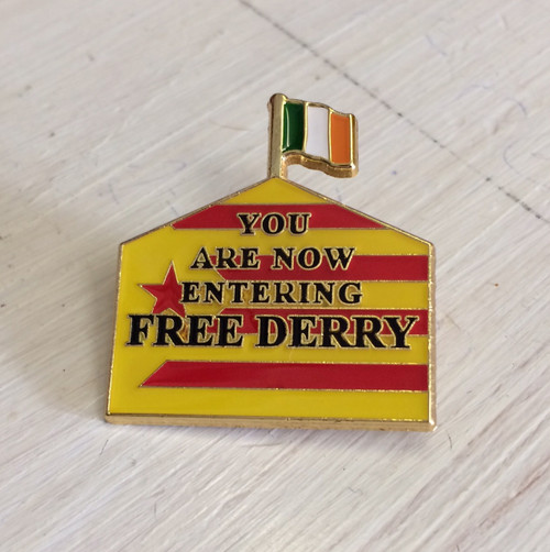 FREE DERRY SUPPORTS CATALONIA enamel badge 30 mm x 27.4 mm