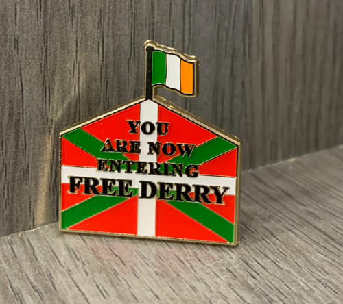 FREE DERRY solidarity with the BASQUE country enamel badge 30 mm x 27.4 mm