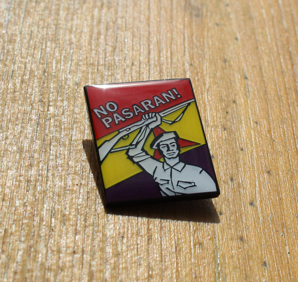 NO PASARAN enamel badge size 30 mm with brooch