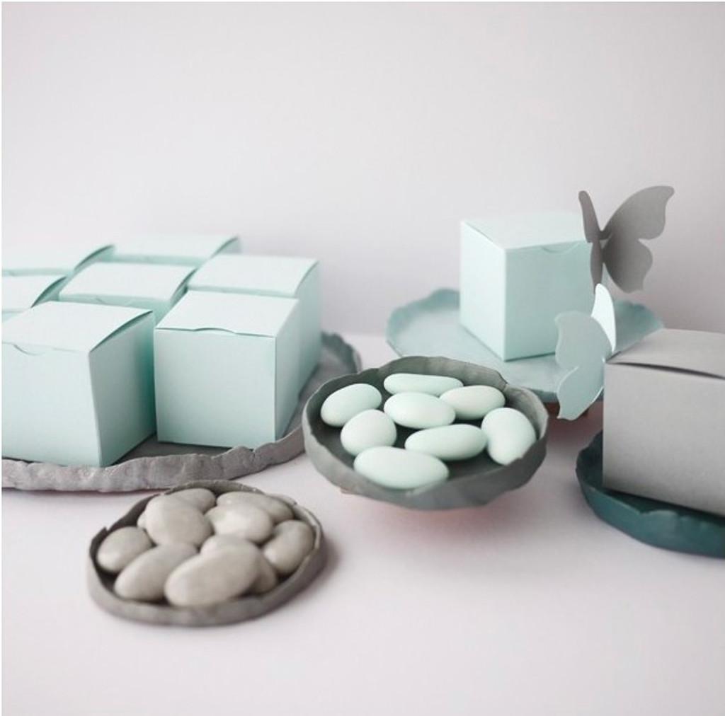 Contenant à dragées Cube en bleu doux, papillon gris galet et dragées chocolat bleu doux et gris galet