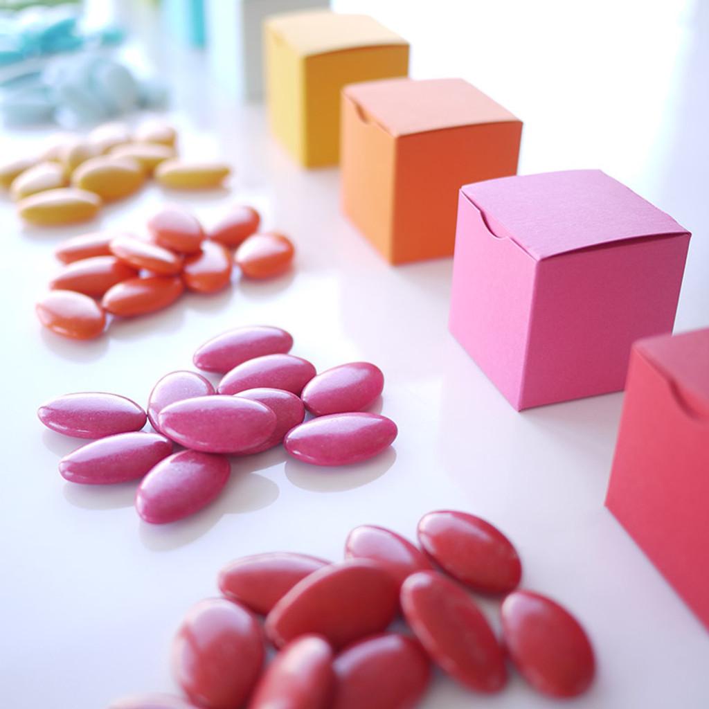 Boîte à dragées Cube en papiers couleur et dragées couleur