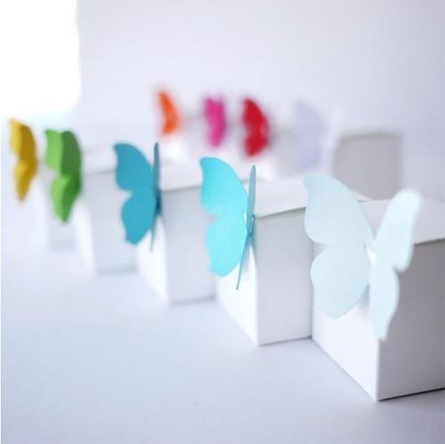 Cube blanc et papillon de couleur, contenant à dragées