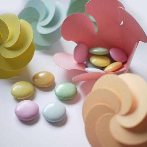 Assortiment des dragées rondes et tendres : chocolat 70% et couleurs pastel.