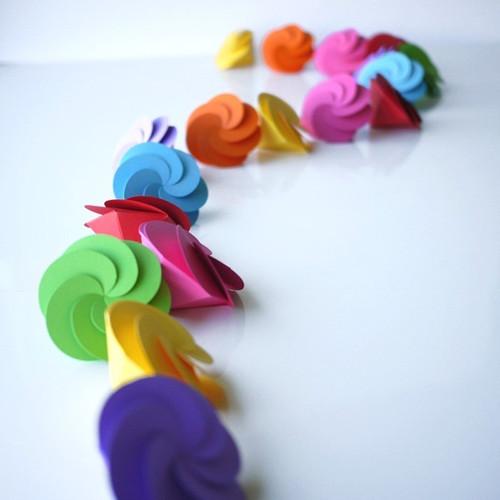 Boites à dragées fleur dans les couleurs du rainbow