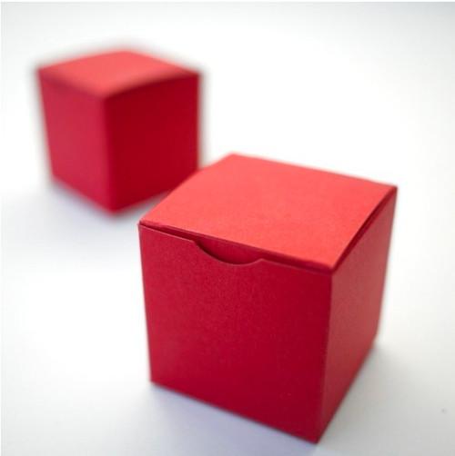 Boîte à dragées cube rouge