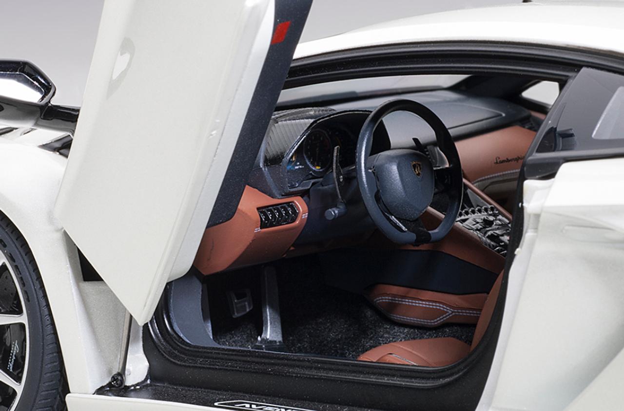 1/18 AUTOart LAMBORGHINI AVENTADOR S (BALLOON WHITE/PEARL WHITE) Diecast Car Model