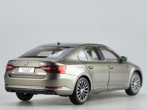 1/18 Dealer Edition Skoda New Superb (Champagne Brown) Diecast Car Model